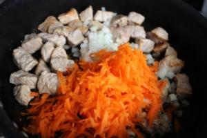 добавляем овощи к мясу