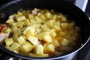 к жаркому добавляем картофель и заливаем водой