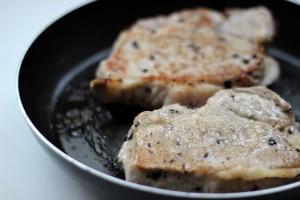 обжариваем мясо на сковороде