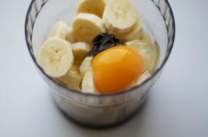 смешиваем бананы с яйцом