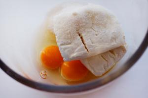 смешиваем-яйца,-творог,-сахар